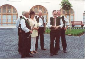 Vedoucí  souboru  p.Sedláková z doprovodnou kapelou