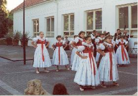 Vystoupení souboru v lázních Slatinice v roce 2002
